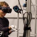 扎克伯格高調展示Oculus VR手套:讓你在空氣中書寫未來